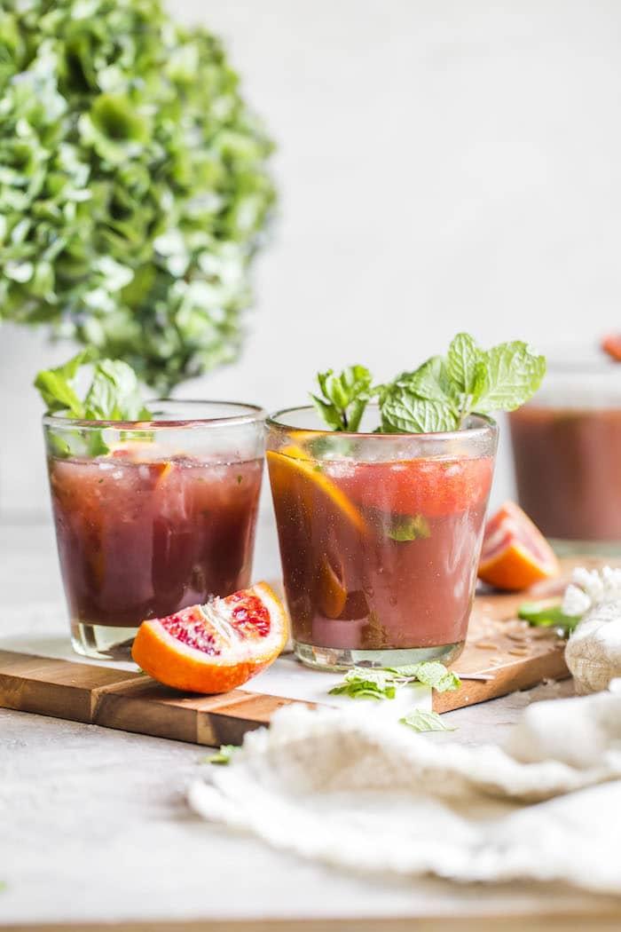 5 коктейлів з шампанського: апельсиновий мохіто.  Photo and recipe by thealmondeater.com