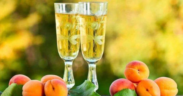 абрикоси и наливка з них в келих