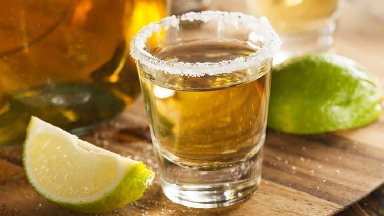 Алкогольні шот рецепт золотістої текілі з лаймом и сіллю