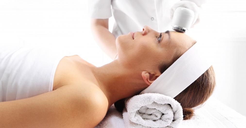 Апаратне омолодження шкіри обличчя жінки після 40 років