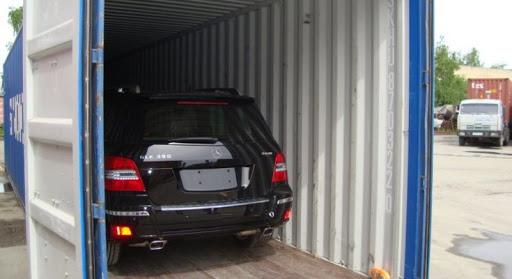 Погрузка автомобиля Mercedes в американском порту