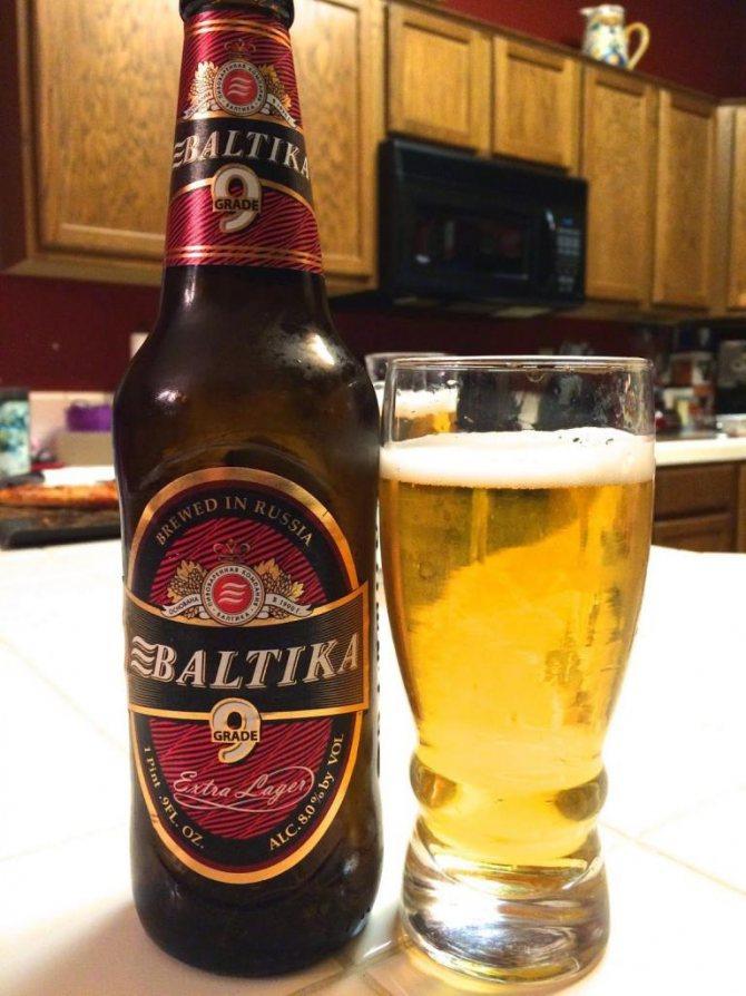 Балтика 9 в скляній пляшці, колір напою