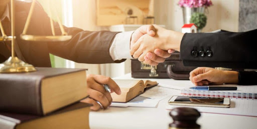 Консультація адвоката перед підписанням бізнес угоди
