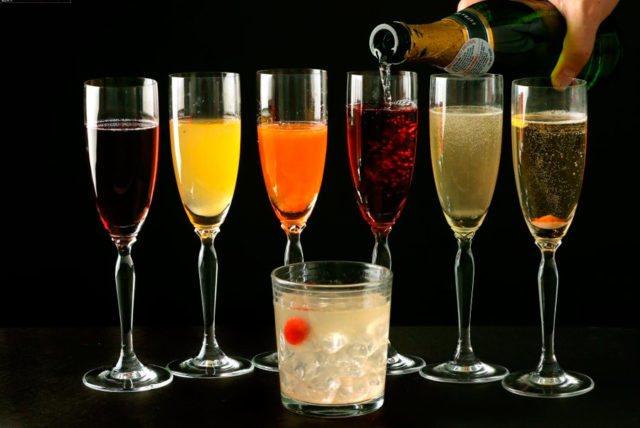 Келих з різнімі коктейлями