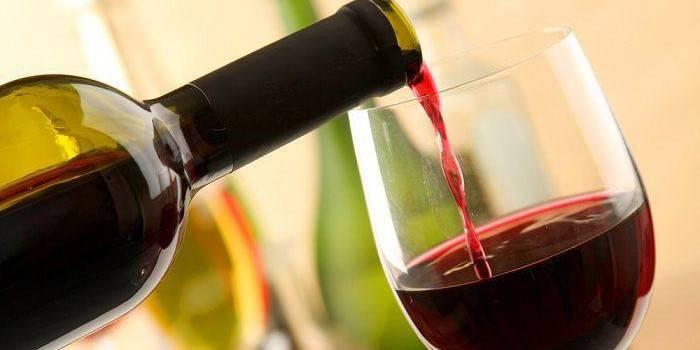 Пляшка і фужер з вином
