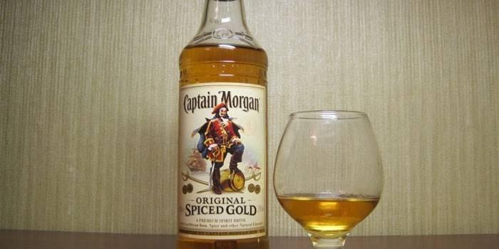 Пляшка рому Капітан Морган
