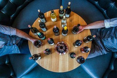 пляшки вина на столі