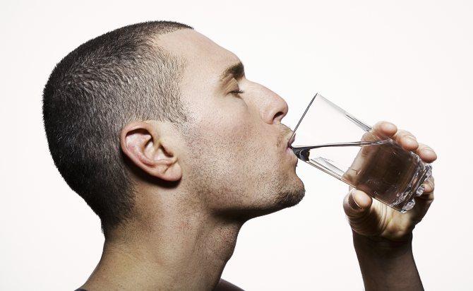Чому хочеться пити? 10 несподіваних причин постійної спраги води | Big