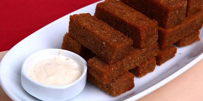 Часнікові грінкі з бородинского хліба до пива з соусом