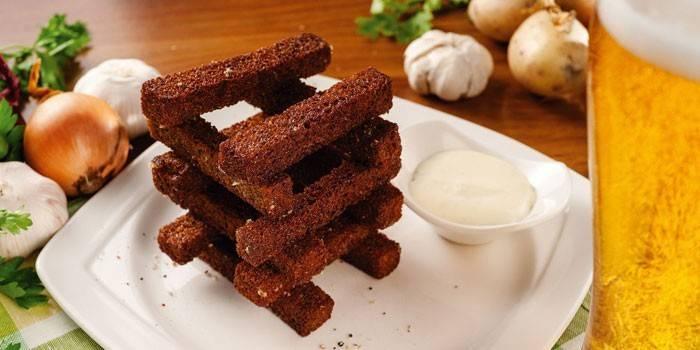 Часнікові грінкі з бородинского хліба на тарілці