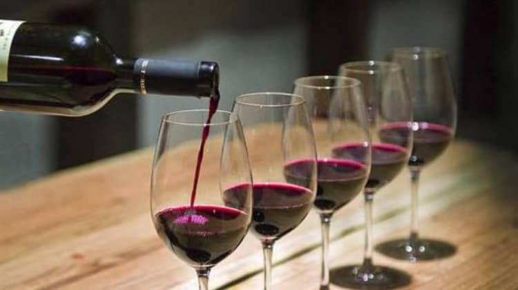 Дегустація червоного вина з бордо