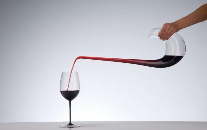 Декантери для зрілого вина володіють вузькою шийкою