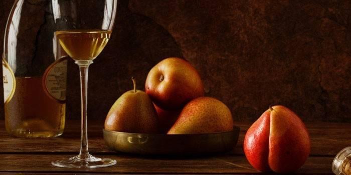 Десертне грушеве вино в келиху
