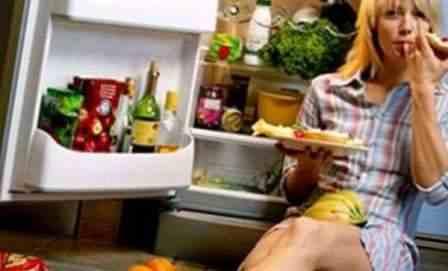 Дівчина і холодильник