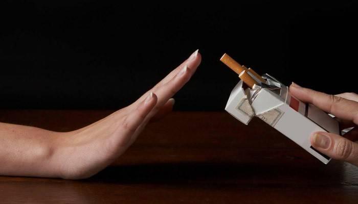 Дівчина відмовляється від куріння