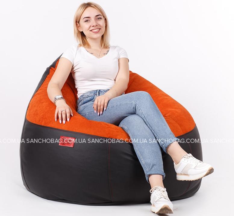 Девушка с красивой улыбкой сидит на качественном кресло-мешке