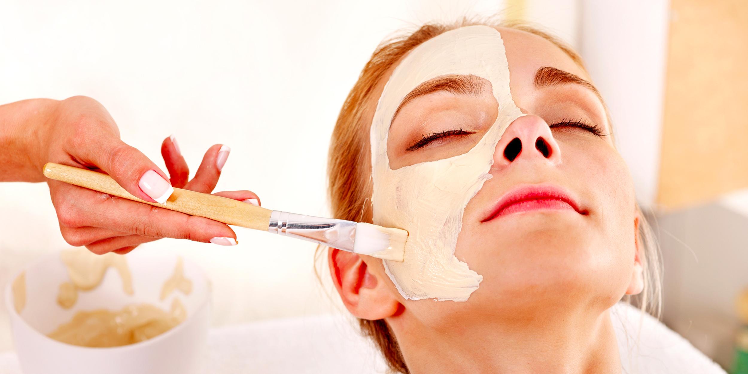 Догляд за шкірою обличчя молодої дівчині