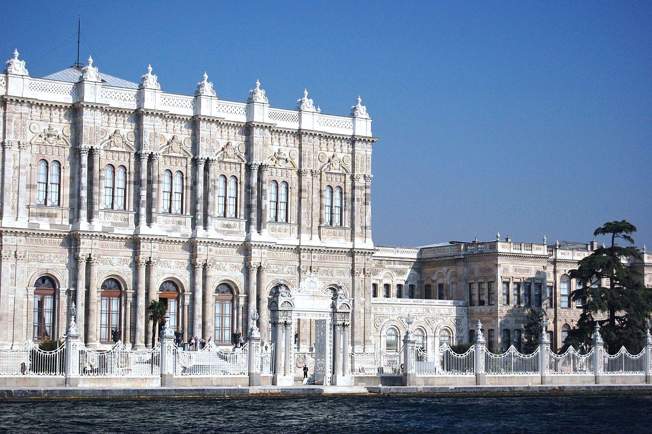 Всемирно известный дворец Долмабахче в Стамбуле