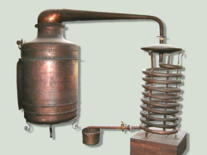 древній самогонний апарат для віскі фото