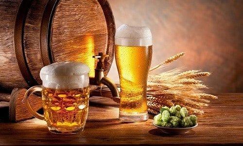 два келиха пива і боченок