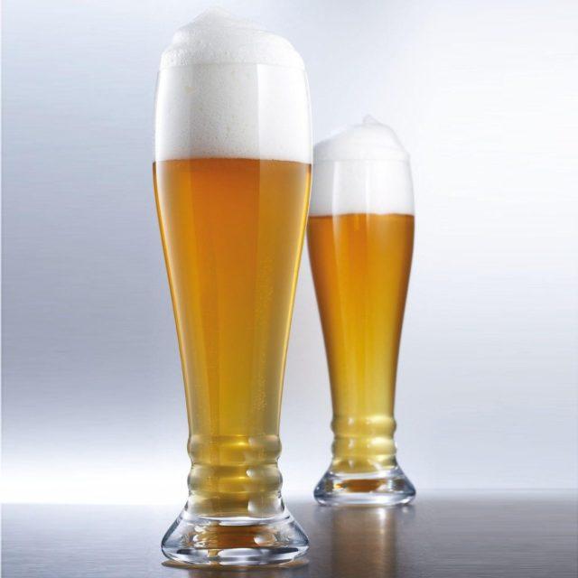 Два келихи пива з піною