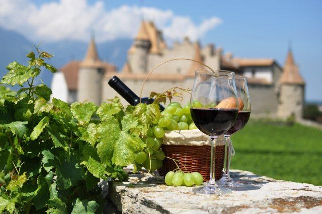 два келихи вина на тлі замку