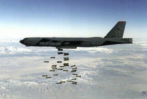 Фото Боїнга B-52 завдає бомбового удару