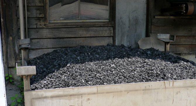 фото кленового вугілля для фільтрації віскі з Теннессі
