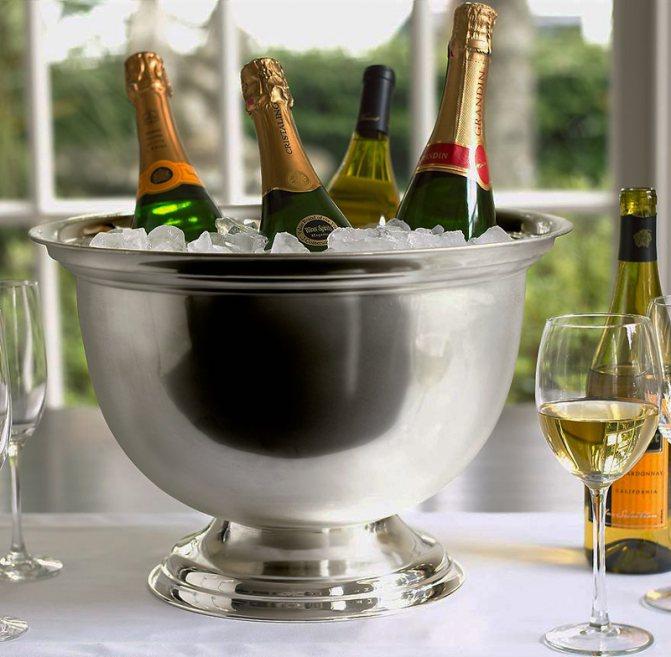 фото відерця для охолодження ігристого вина і шампанського