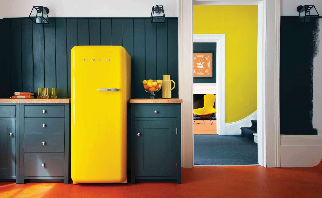 Ретро-холодильник SMEG в современном интерьере кухни