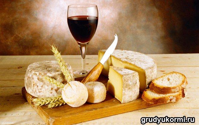 Фужер вина, хліб і сир