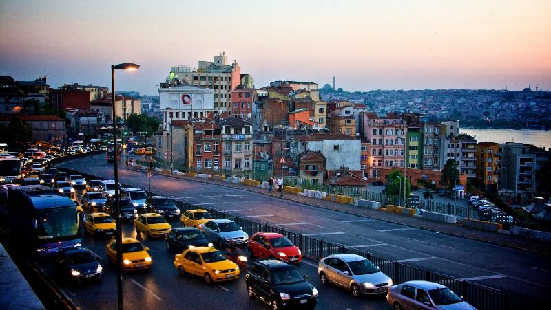 Траффик турецкого города на закате