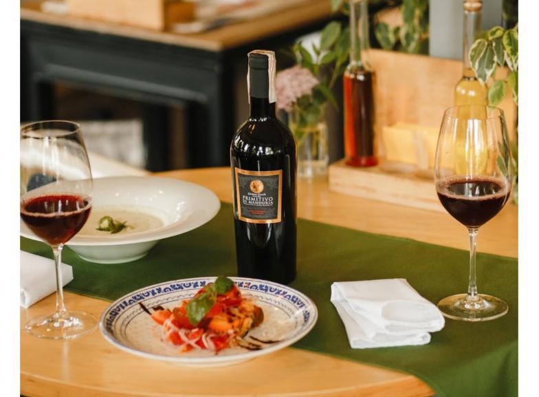 Изысканное красное вино в бокалах на столе