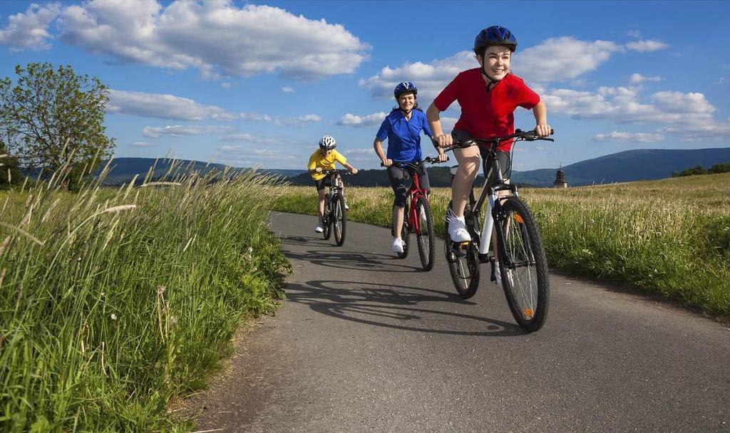 Дети катаются на велосипедах за городом
