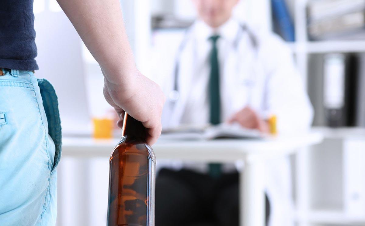 На приеме у врача нарколога перед кодированием от алкоголизма