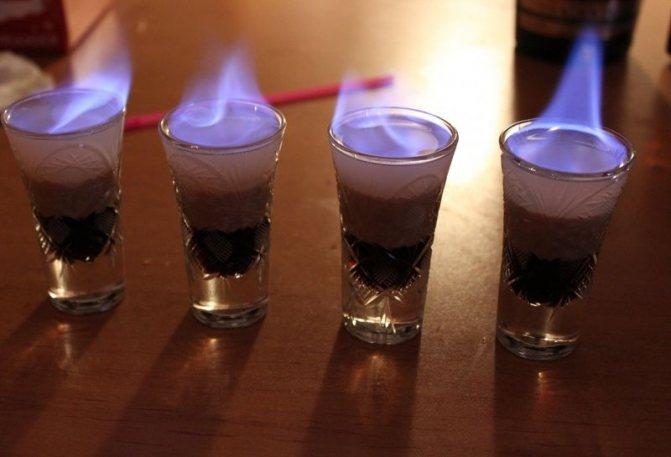 коктейль горить в чарці