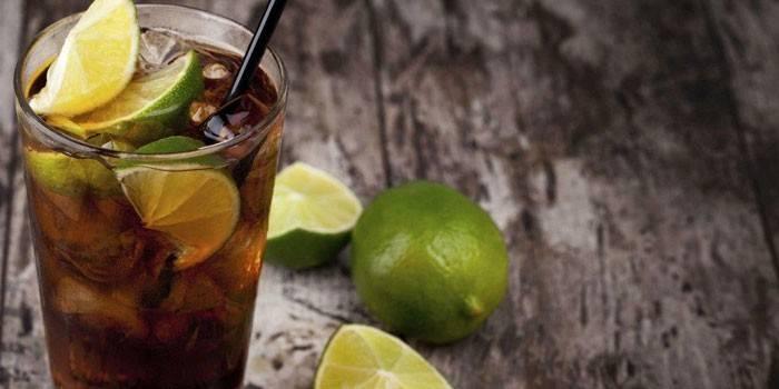 Коктейль Куба-лібре в склянці з лаймом