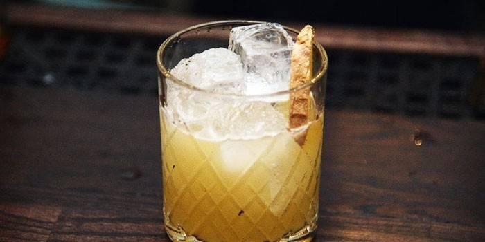 Коктейль в склянці з льодом