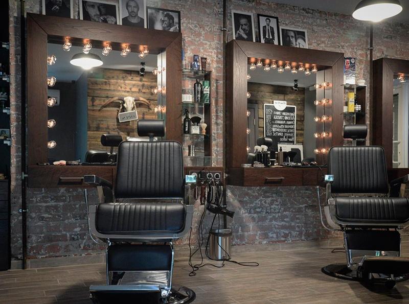 Удобные кресла для клиента в парикмахерской