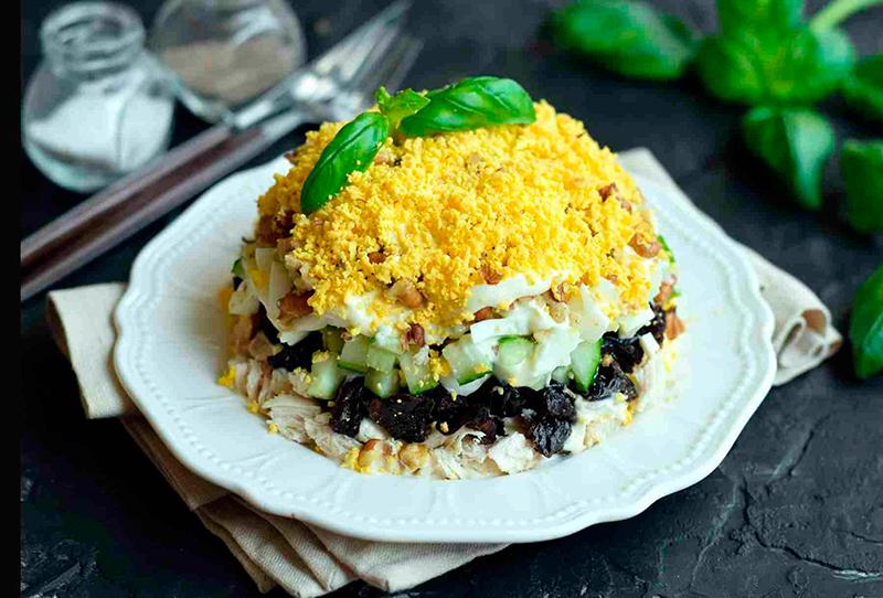 Простой рецепт новогоднего салата из курицы и чернослива