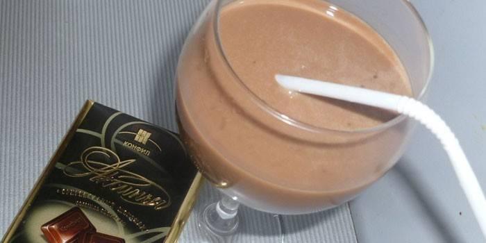 Лікер Бейліс в чарці і шоколадка