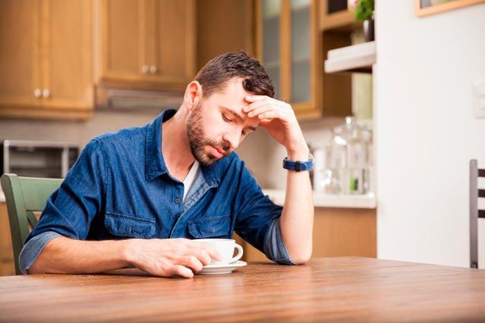 чоловік п'є каву