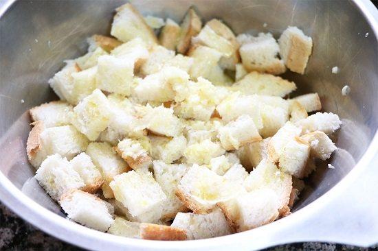 Нарізаний хлібець висипте в приготований соус