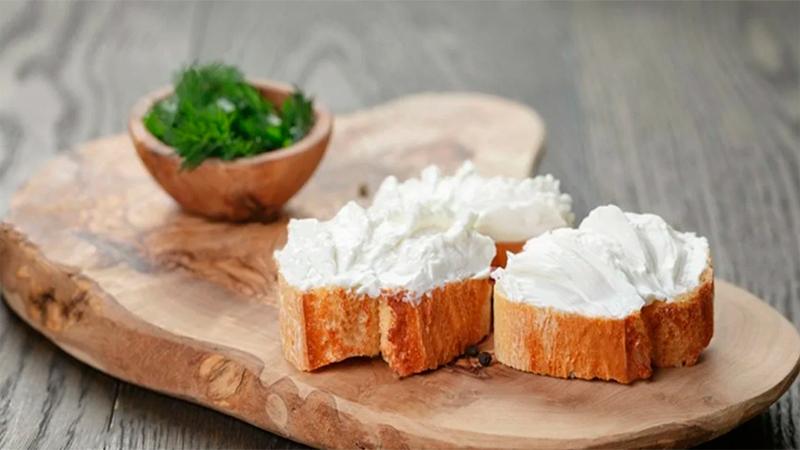 Нежный сыр филадельфия с зеленью на ароматном багете