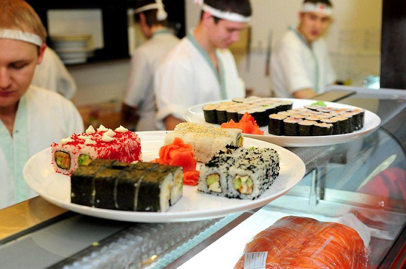 Ресторан Якитория: процесс приготовления суши поварами