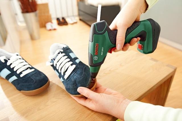Клеевой пистолет в процессе ремонта обуви