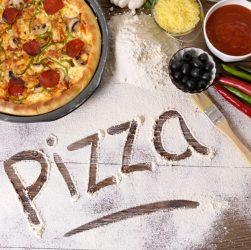 Пицца и ингридиенты на столе