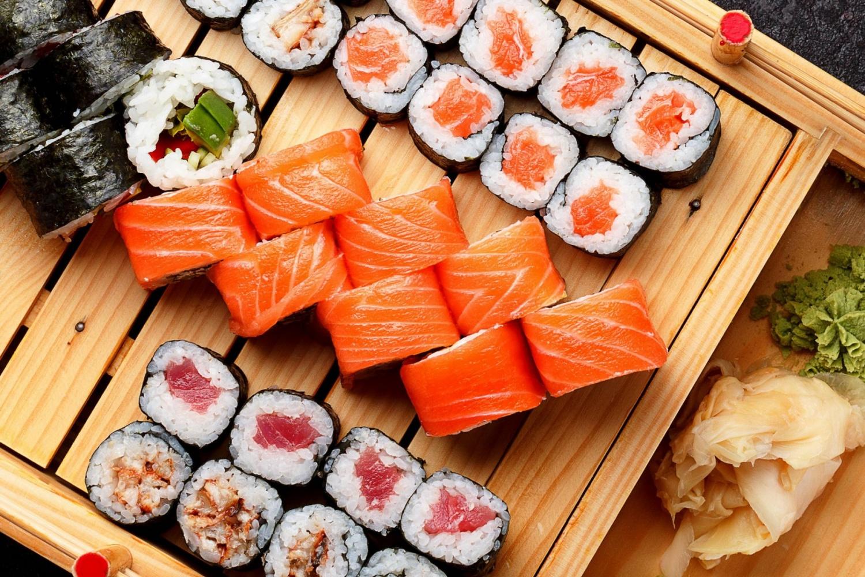 Японская кухня: суши и роллы на доске (от ресторана «Суши Мастер»)