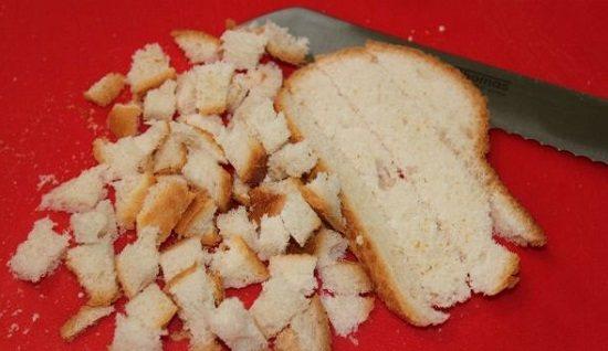 Отримані хлібні скибочки наріжте кубиками