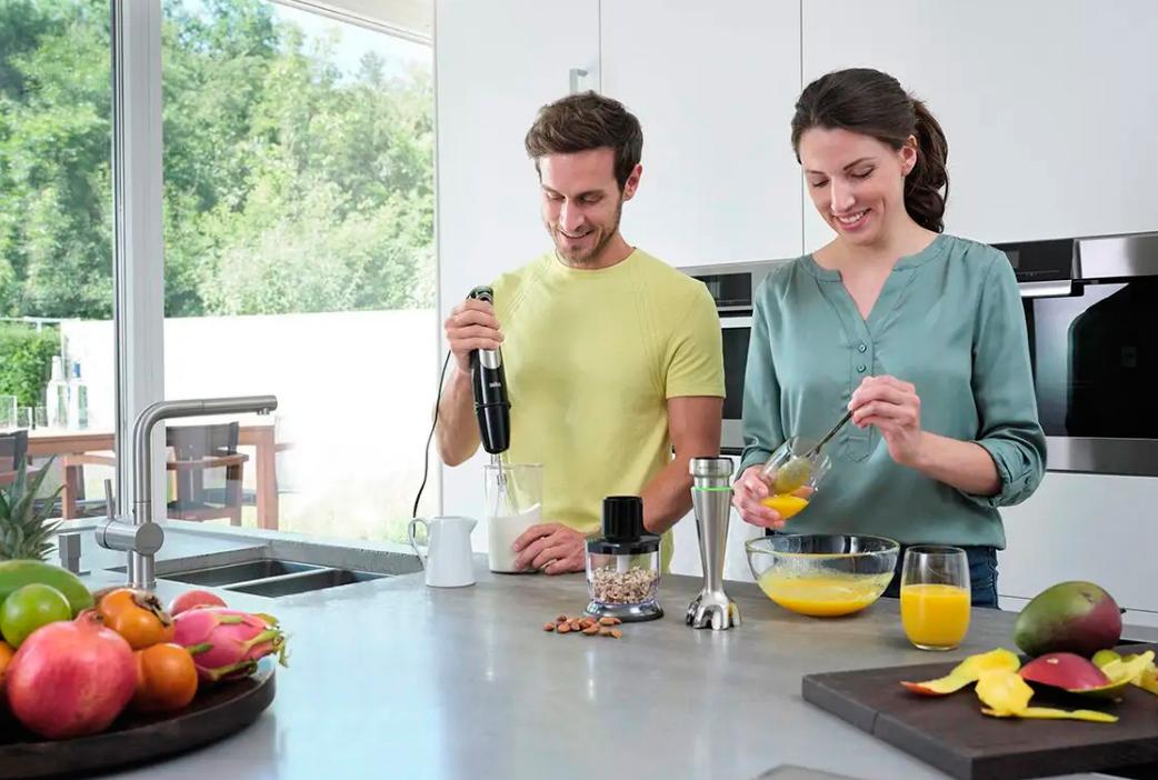 Процесс приготовления еды при помощи блендера Браун